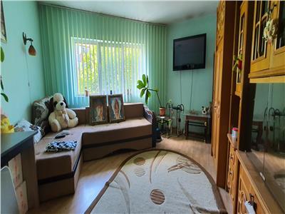 Apartament 2 camere decomandate, etaj intermediar cu parcare.